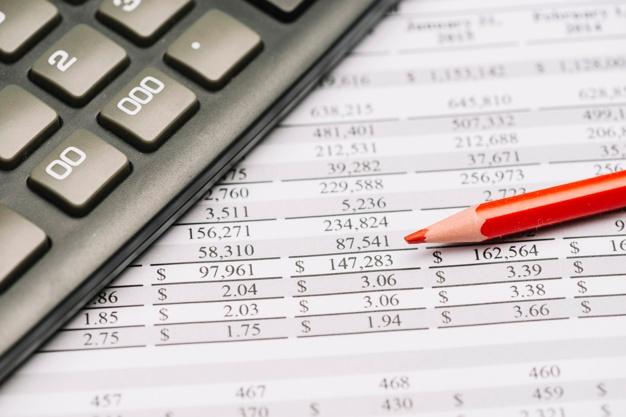 primer-plano-lapiz-color-rojo-calculadora-sobre-informe-financiero_23-2147919162